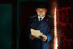 Homem que lê uma letra à vista da janela Fotos de Stock Royalty Free