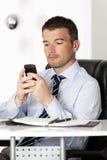 Homem que lê uma mensagem Imagem de Stock Royalty Free
