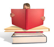 Homem que lê a pilha de livros grandes Fotos de Stock