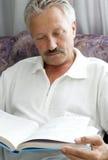Homem que lê um livro Foto de Stock Royalty Free