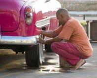 Homem que lava Chevy clássico foto de stock