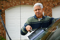 Homem que lava seu carro Fotos de Stock