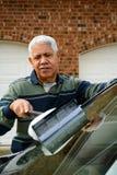 Homem que lava seu carro Fotografia de Stock
