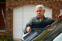 Homem que lava seu carro Foto de Stock