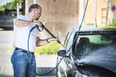 Homem que lava seu carro Fotos de Stock Royalty Free
