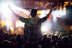 Homem que levanta acima as mãos no concerto foto de stock royalty free