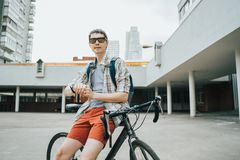 Homem que levanta ao lado de sua bicicleta fotografia de stock