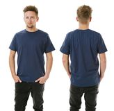 Homem que levanta com a camisa vazia dos azuis marinhos Fotografia de Stock Royalty Free