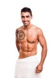 Homem que levanta com uma toalha branca Imagens de Stock Royalty Free