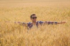 Homem que levanta em um trigo arquivado foto de stock