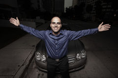 Homem que levanta por um carro na noite Imagens de Stock Royalty Free