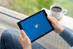 Homem que mantém o pro espaço do iPad cinzento com trabalhos em rede sociais Twitter Imagens de Stock Royalty Free