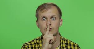 Homem que mantém um segredo ou que pede o silêncio, cara séria, conceito da obediência filme