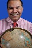 Homem que mantem o mundo global fotos de stock royalty free