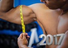 Homem que mede seu bíceps contra 3D 2017 Imagens de Stock