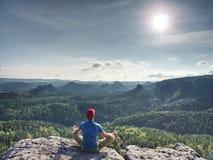 Homem que medita dentro da prática da ioga na natureza selvagem Pensamentos livres foto de stock royalty free