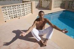 Homem que meditating imagem de stock royalty free