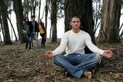 Homem que meditating na floresta Fotos de Stock