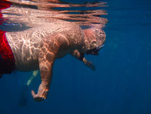 Homem que mergulha em águas tropicais mornas Imagens de Stock Royalty Free
