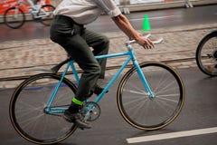 Homem que monta sua bicicleta Imagens de Stock