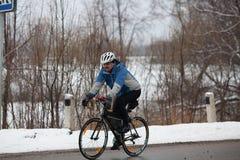 Homem que monta sua bicicleta Imagem de Stock