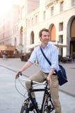 Homem que monta sua bicicleta Fotos de Stock Royalty Free