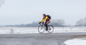 Homem que monta sua bicicleta panning fotos de stock