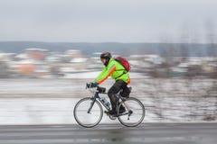 Homem que monta sua bicicleta panning Fotografia de Stock