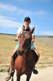 Homem que monta um cavalo Imagens de Stock
