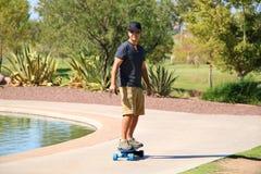 Homem que monta um skate bonde imagem de stock