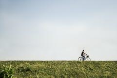 Homem que monta uma bicicleta Fotografia de Stock Royalty Free