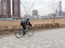 Homem que monta uma bicicleta Foto de Stock Royalty Free