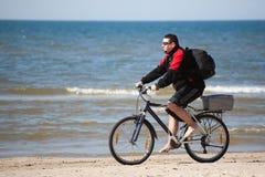 Homem que monta uma bicicleta Foto de Stock