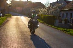 Homem que monta uma motocicleta na maneira imagem de stock royalty free