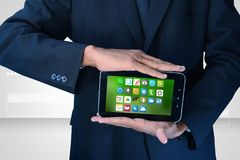 Homem que mostra ícones do app no telefone esperto Imagens de Stock Royalty Free
