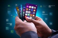 Homem que mostra ícones do app no telefone esperto Fotografia de Stock