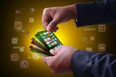Homem que mostra ícones do app no telefone esperto Imagem de Stock Royalty Free