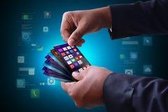 Homem que mostra ícones do app no telefone esperto Imagem de Stock