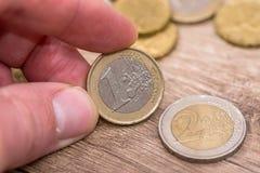 homem que mostra euro- moedas Fim acima foto de stock royalty free