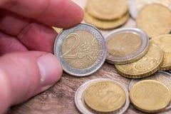 homem que mostra euro- moedas Fim acima imagens de stock