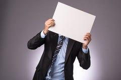 Homem que mostra a folha de papel Fotos de Stock Royalty Free
