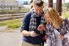 Homem que mostra imagens da mulher na câmara digital Fotografia de Stock