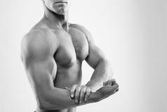 Homem que mostra o bíceps imagem de stock