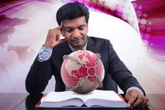 Homem que mostra o conceito do negócio global Imagens de Stock