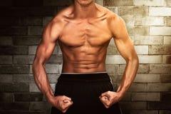Homem que mostra o músculo Fotografia de Stock Royalty Free