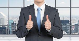 Homem que mostra o polegar acima Fotografia de Stock Royalty Free