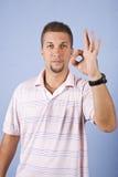 Homem que mostra o sinal aprovado Fotografia de Stock Royalty Free