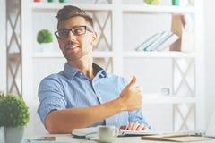 Homem que mostra os polegares acima Imagens de Stock