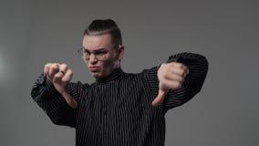 Homem que mostra os polegares para baixo video estoque