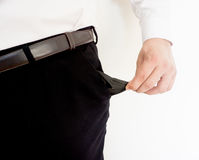 Homem que mostra seus bolsos vazios Fotografia de Stock Royalty Free